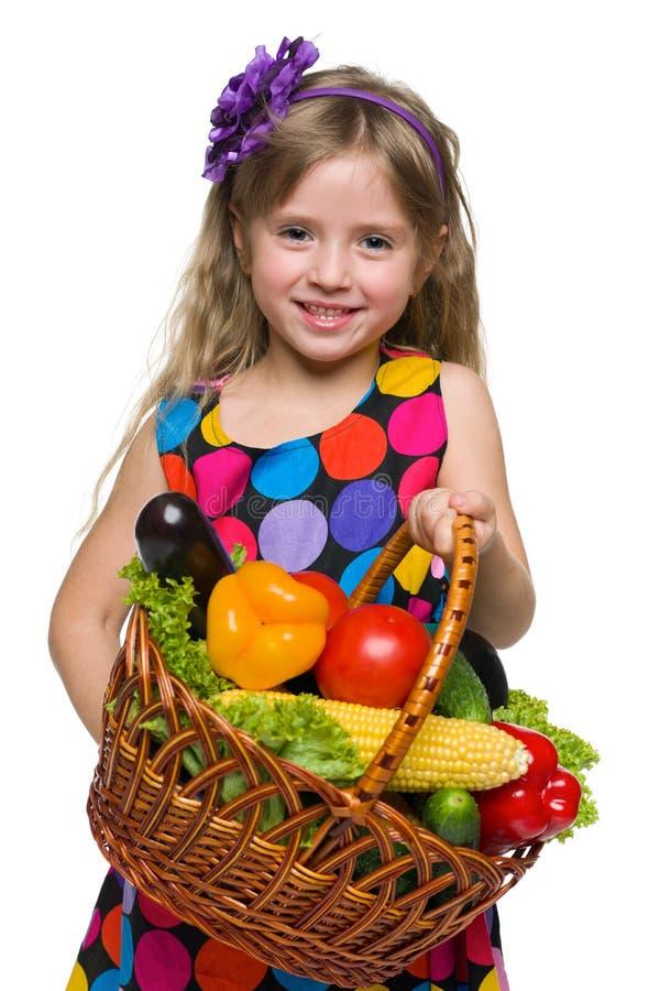 Menina feliz com uma cesta dos vegetais imagem de stock royalty free