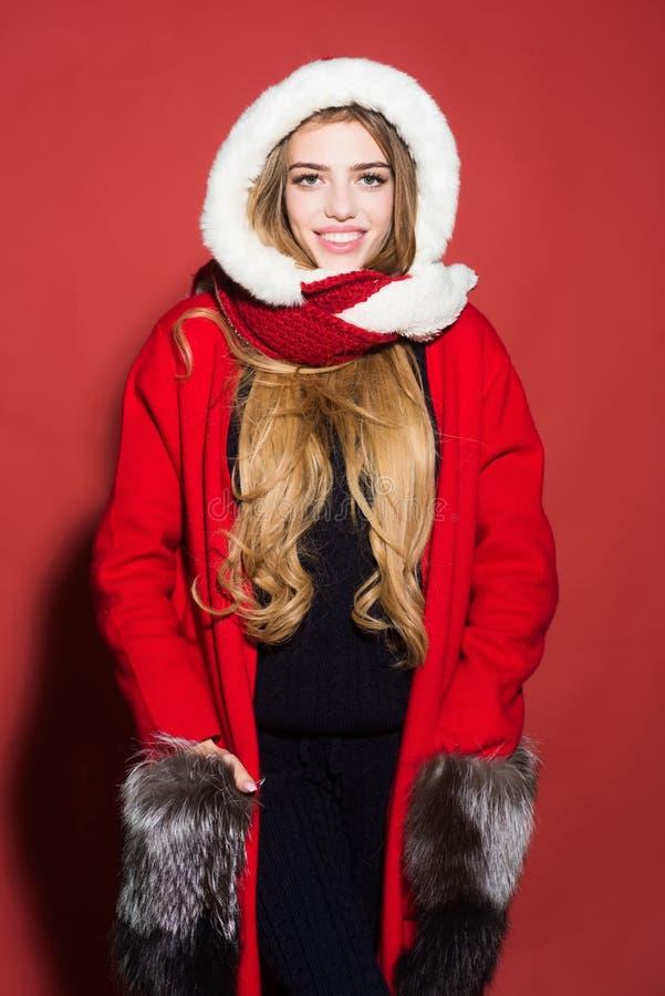 A menina feliz comemora o ano novo no fundo vermelho fotos de stock royalty free