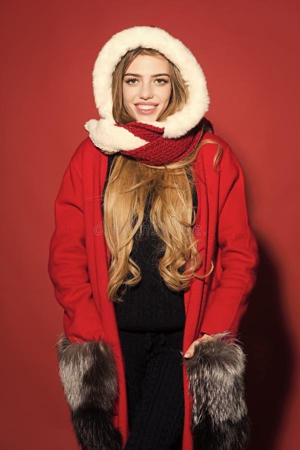 A menina feliz comemora o ano novo no fundo vermelho imagens de stock