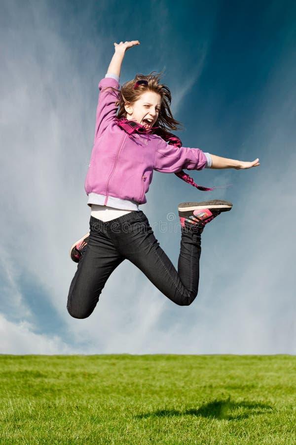 A menina feliz da alegria salta fotos de stock royalty free