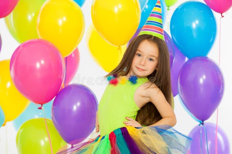 Menina feliz da criança com balões coloridos sobre fotos de stock