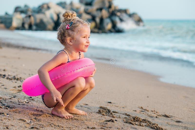 Menina feliz da criança com círculo inflável imagens de stock