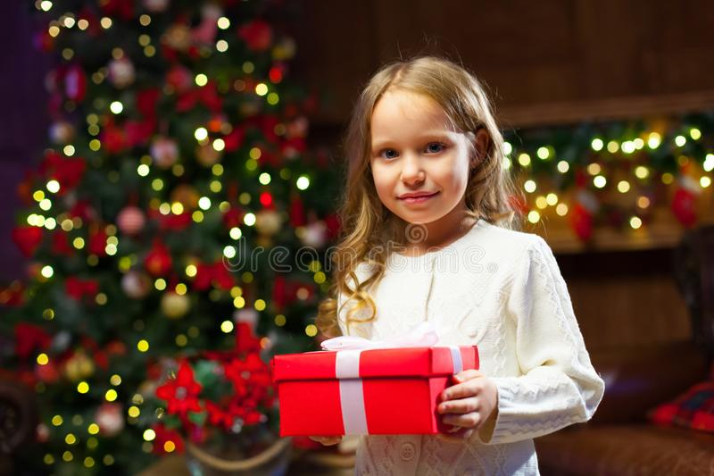 Menina feliz da criança com um presente mágico do Natal imagem de stock