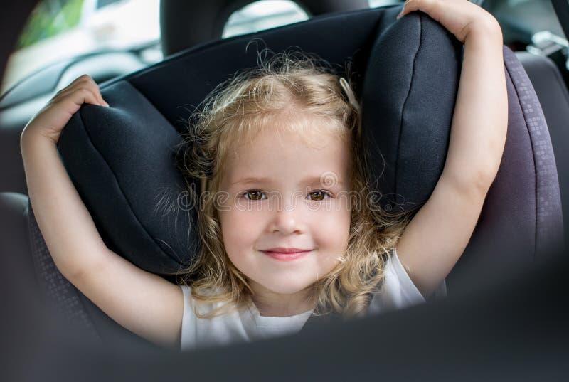 Menina feliz da criança no carro foto de stock royalty free