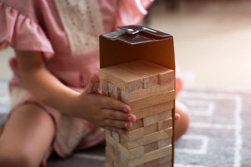 Menina feliz da criança que joga com blocos e que tem o divertimento foto de stock