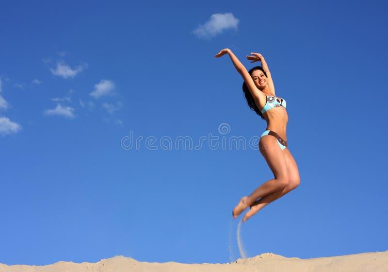 Menina feliz de salto fotografia de stock royalty free