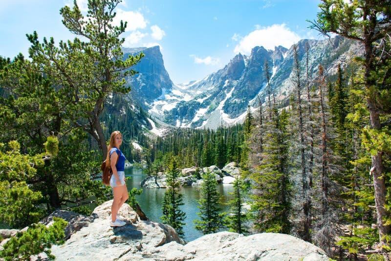 Menina feliz de sorriso em caminhar a viagem nas montanhas imagens de stock