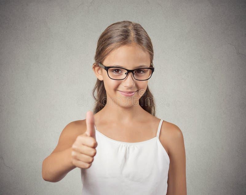 Menina feliz do adolescente que mostra os polegares acima imagens de stock