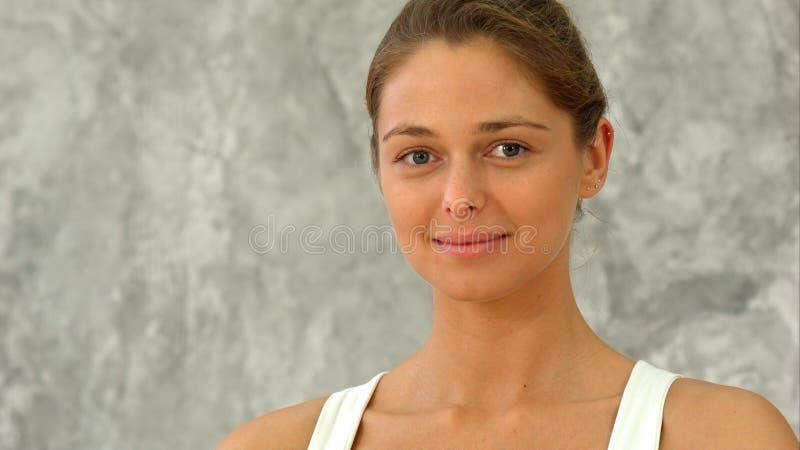 Menina feliz do ajuste que sorri e que olha a câmera imagens de stock