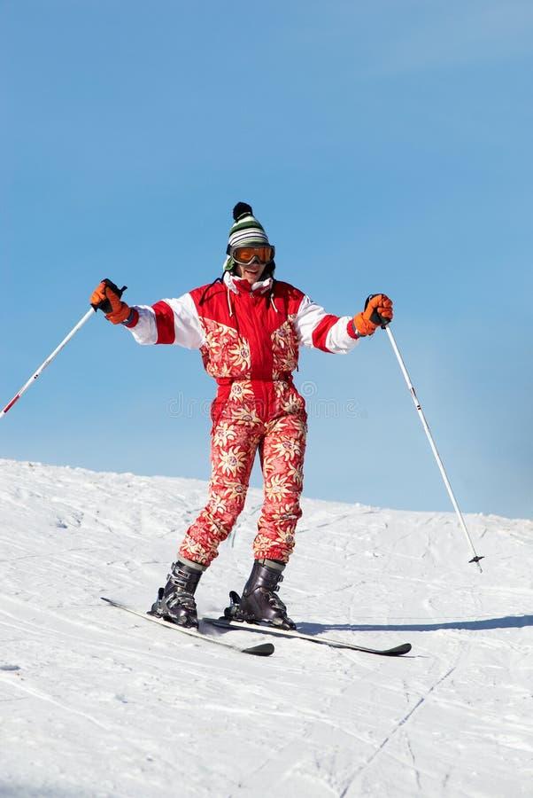 Menina feliz do esqui no vermelho fotografia de stock