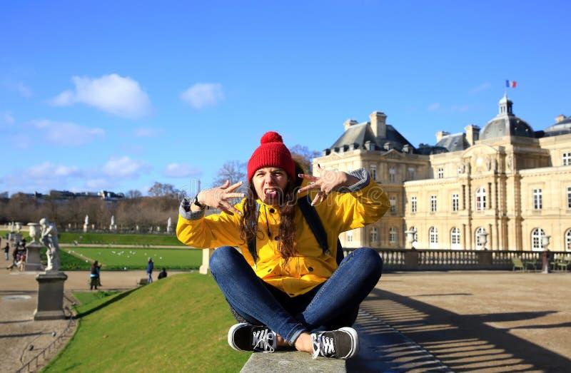 Menina feliz do estudante em Paris imagem de stock royalty free