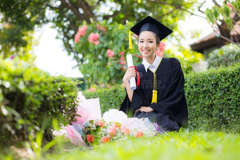 Menina feliz do estudante graduado - felicitações da educação foto de stock