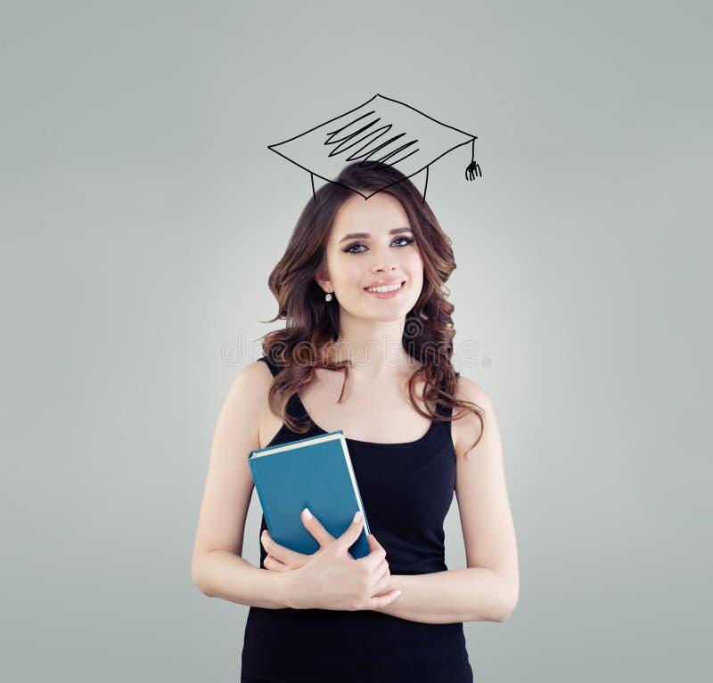 Menina feliz do estudante no chapéu da graduação Educação, High School e conceito da aprendizagem fotografia de stock