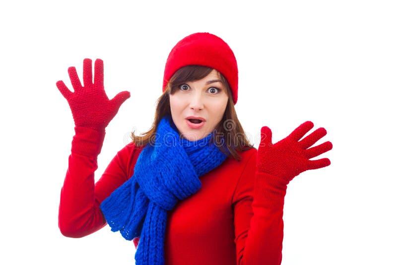 Menina feliz do inverno no chapéu vermelho, mitenes, ckarf sobre foto de stock royalty free