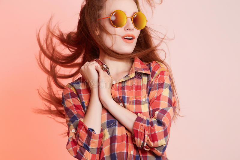Menina feliz do moderno nos óculos de sol fotos de stock royalty free