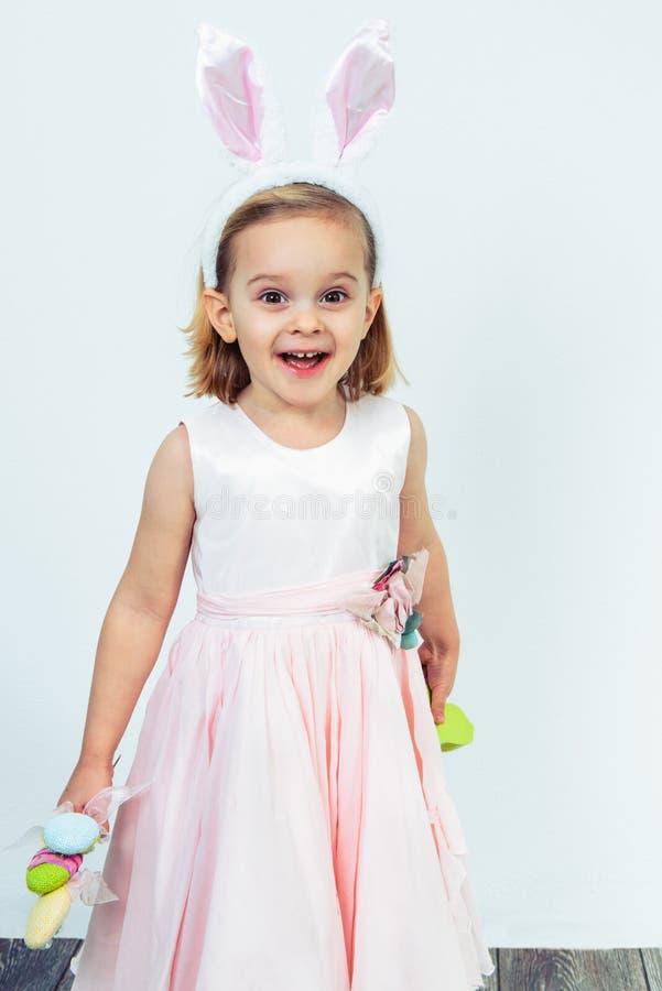 Menina feliz do pré-escolar da Páscoa fotografia de stock royalty free