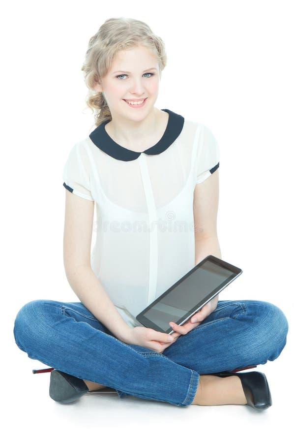 Menina feliz do teenege com o computador do PC da tabuleta imagens de stock royalty free