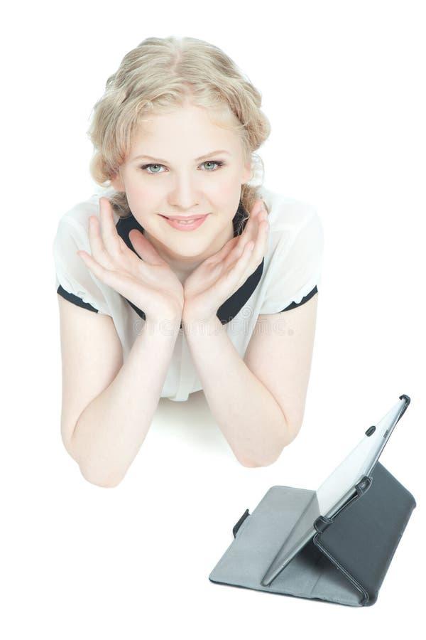 Menina feliz do teenege com o computador do PC da tabuleta fotos de stock