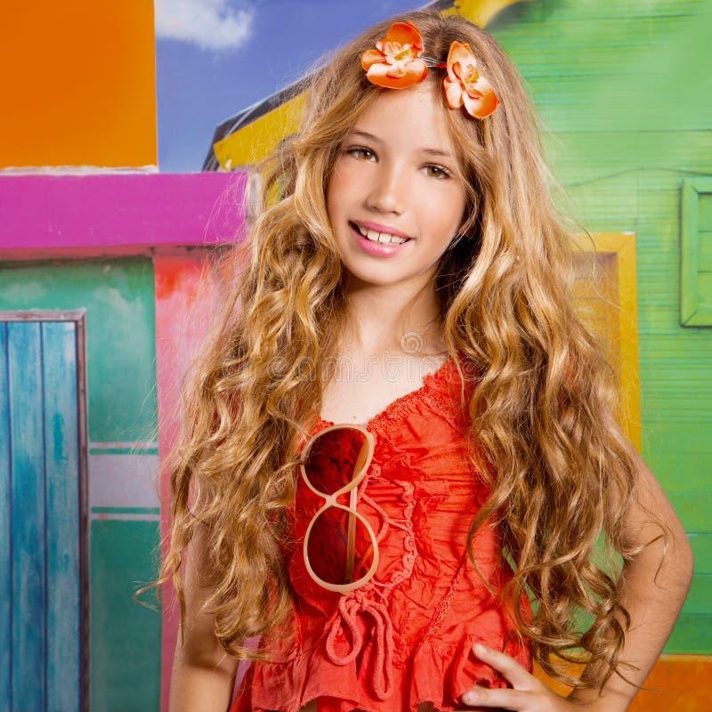 Menina feliz do turista das crianças louras que sorri em uma casa tropical imagens de stock