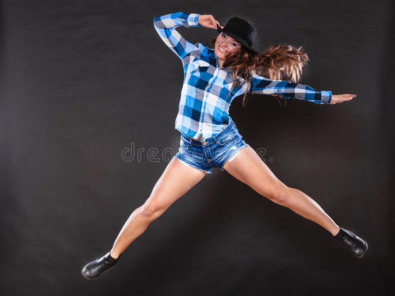 Download Menina Feliz E Alegre Da Mulher Que Salta E Que Tem O Divertimento Foto de Stock - Imagem de jeans, cabelo: 65577086