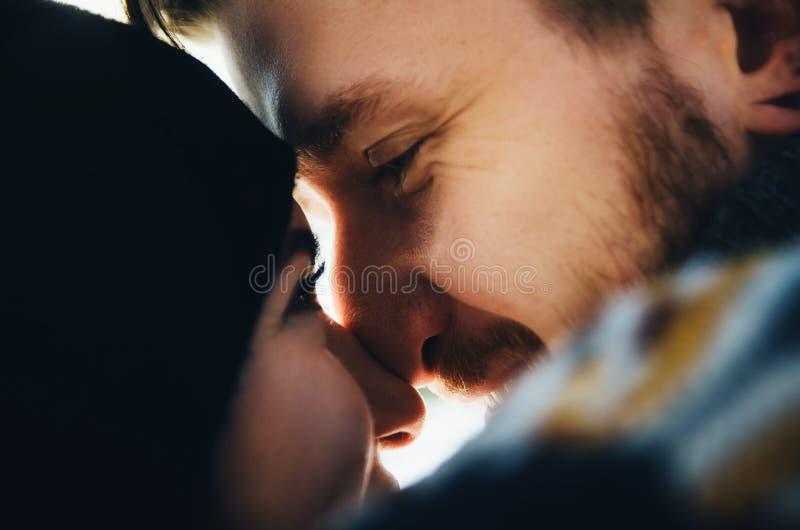 Menina feliz e de beijo e de toques do indivíduo narizes um com o otro imagens de stock