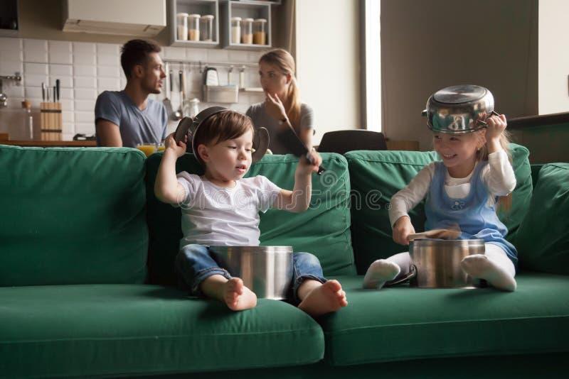 Menina feliz e menino bonitos prées-escolar que jogam com toget do kitchenware fotos de stock