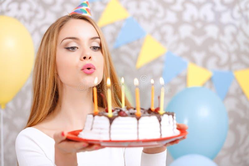 Menina feliz e seu bolo de aniversário fotografia de stock