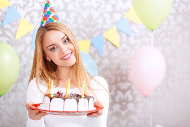 Menina feliz e seu bolo de aniversário foto de stock