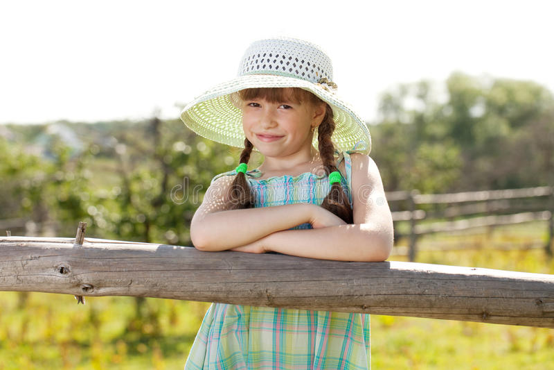 Menina feliz em um chapéu fotografia de stock royalty free