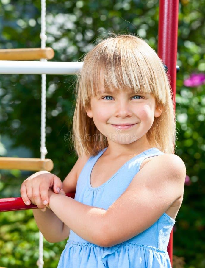 Menina feliz em um gym de selva imagem de stock royalty free