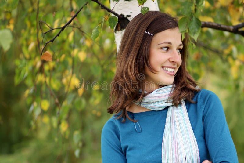 Menina feliz em um vidoeiro branco imagens de stock royalty free