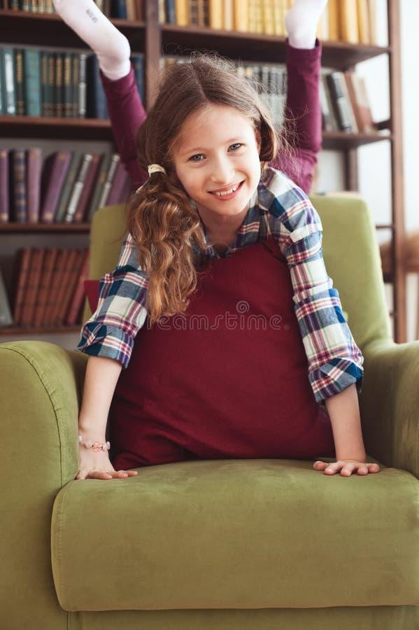 Menina feliz engraçada impertinente da criança que joga em casa fotos de stock royalty free