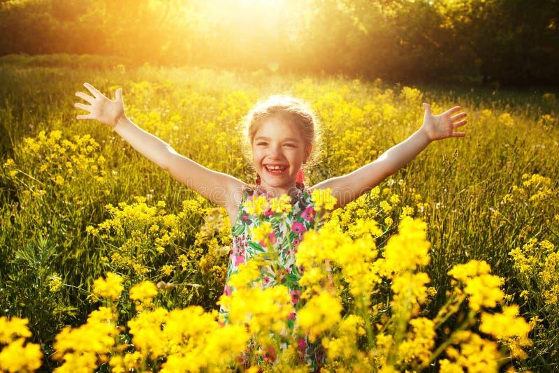 Menina feliz entre wildflowers amarelos foto de stock royalty free