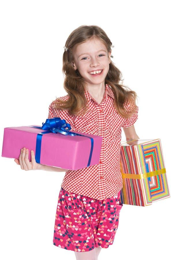 A menina feliz guarda caixas de presente fotografia de stock royalty free