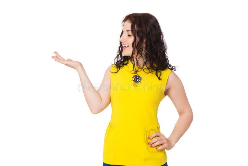 Menina feliz moreno com o cabelo encaracolado que veste a blusa amarela e o bl imagens de stock