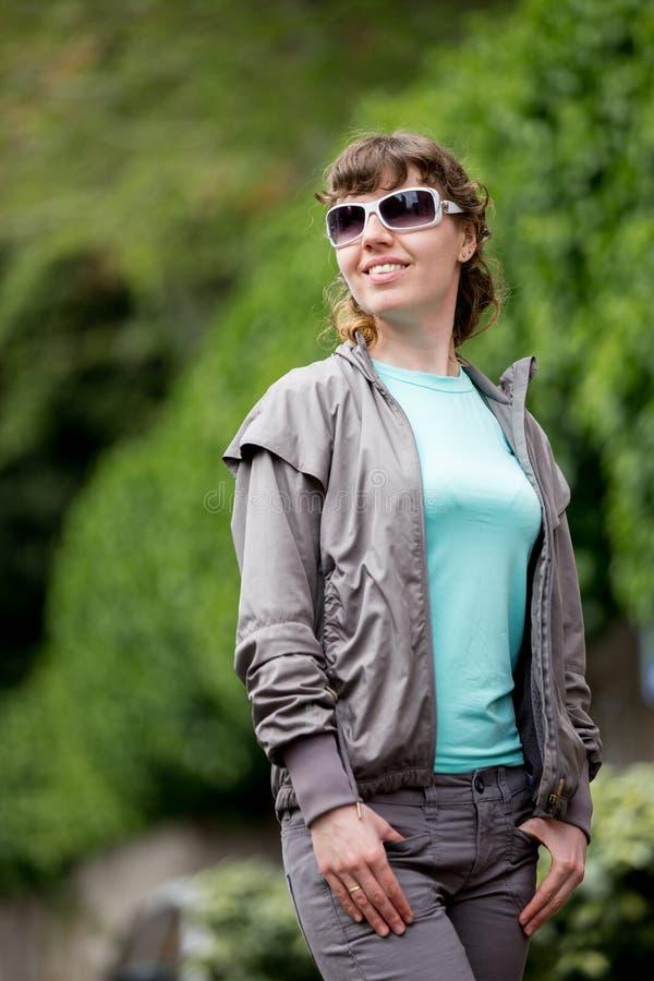 Menina feliz na caminhada no parque imagem de stock royalty free