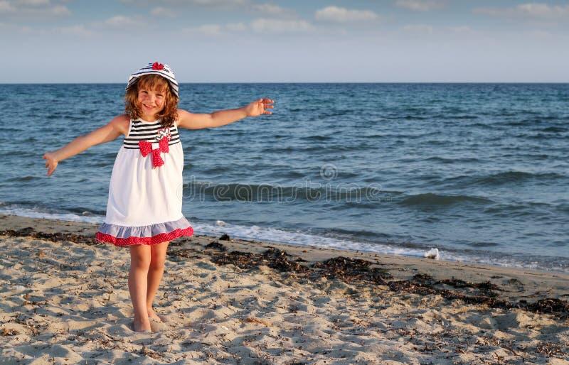 Menina feliz na cena do verão da praia fotografia de stock royalty free