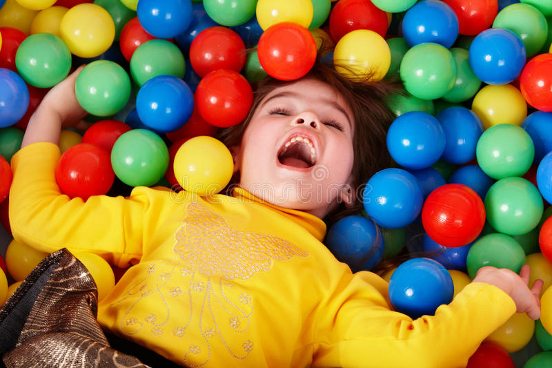Menina feliz na esfera colorida do grupo. imagem de stock