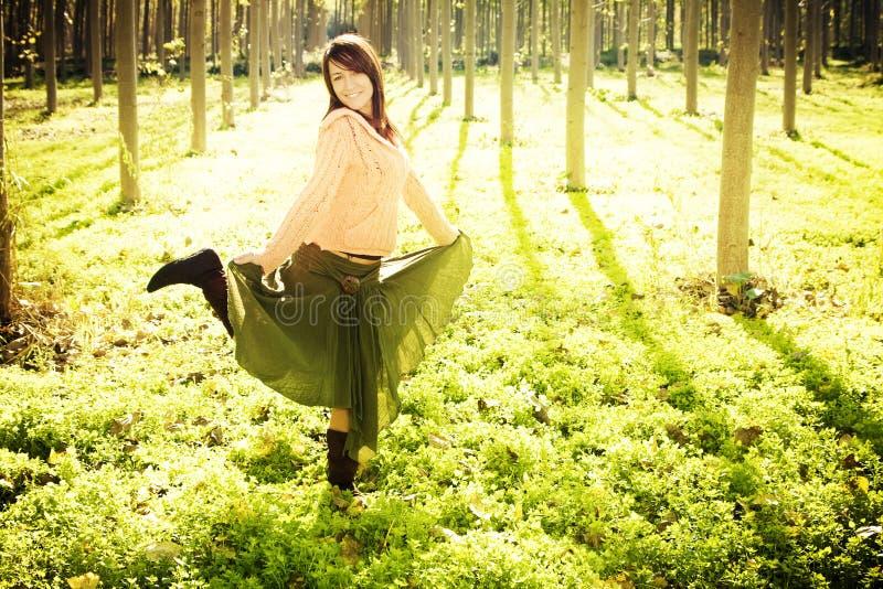 Menina feliz na floresta fotos de stock