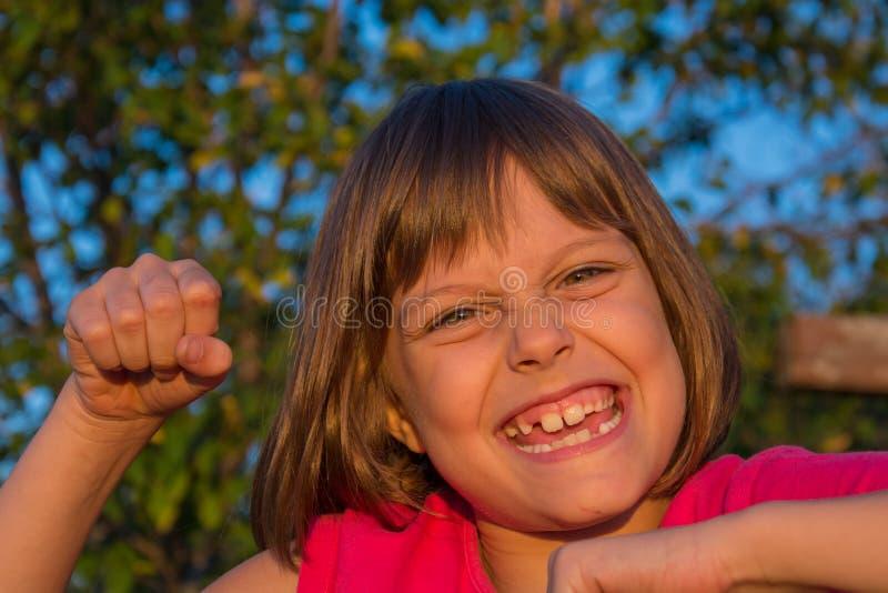 Menina feliz na natureza no por do sol imagem de stock