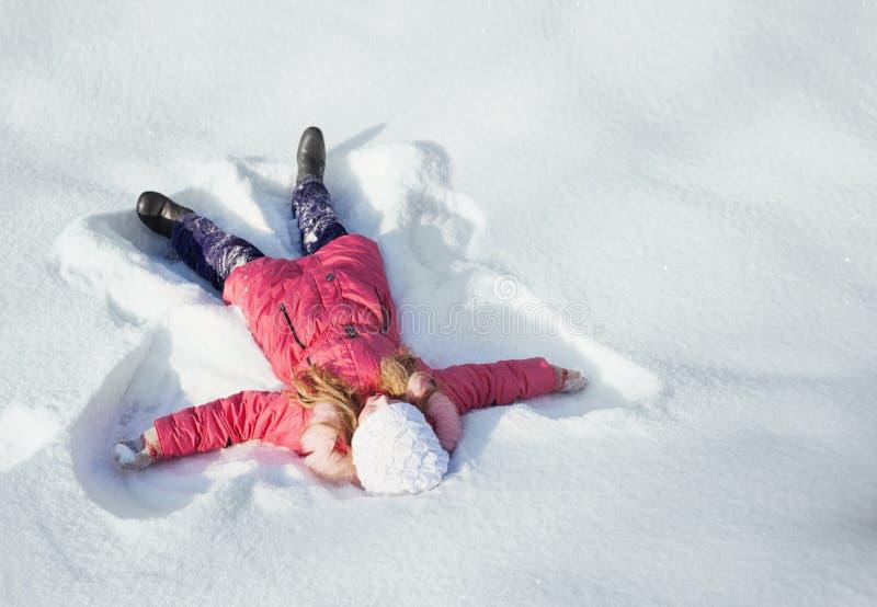 Menina feliz na neve imagens de stock