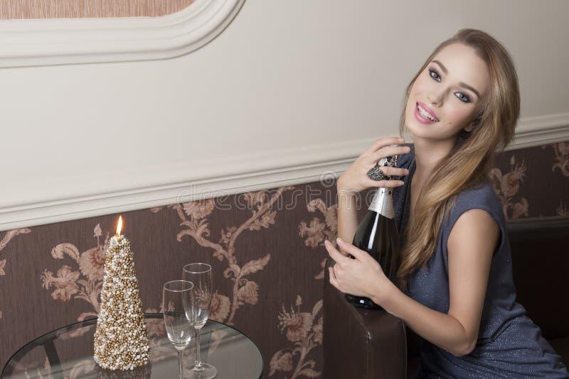 Menina feliz na noite do ano novo fotos de stock
