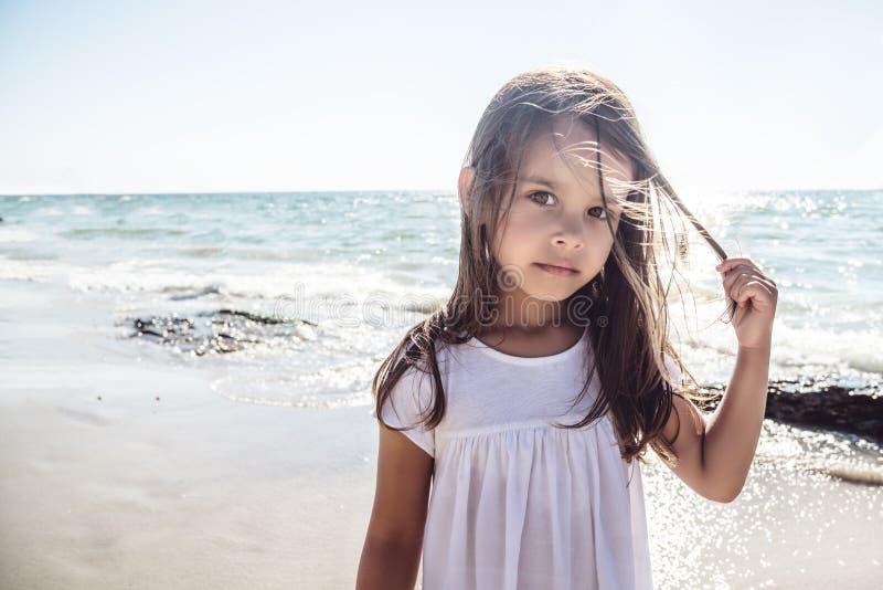Menina feliz na praia fotografia de stock royalty free