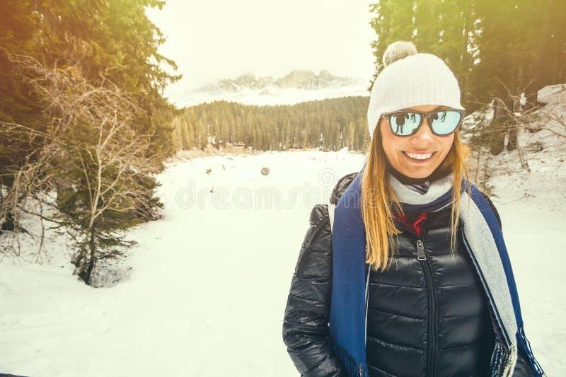 Menina feliz na roupa morna do inverno Mulher de sorriso em umas férias do esqui foto de stock royalty free