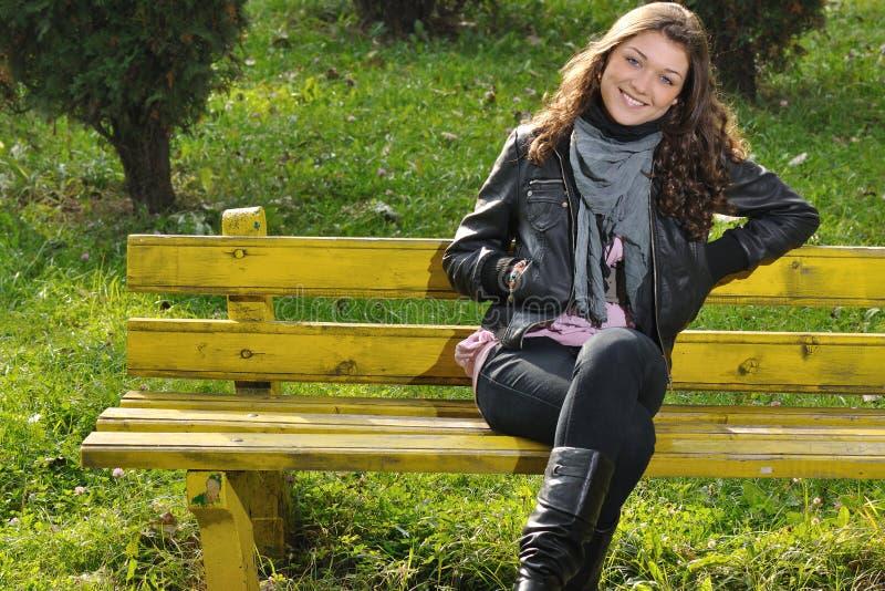 Menina feliz no banco fotos de stock