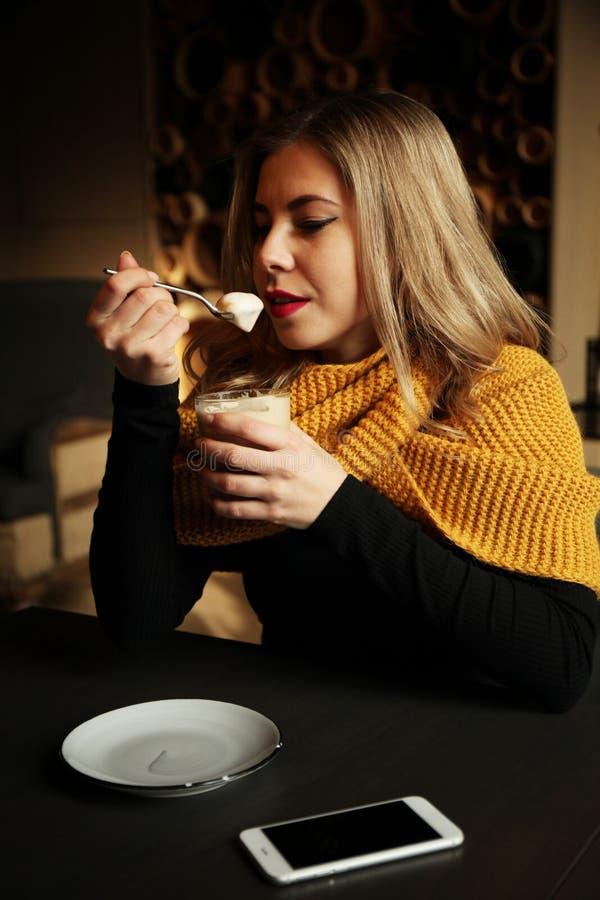 Menina feliz no café com um copo de café imagem de stock