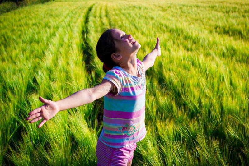 Menina feliz no campo de trigo foto de stock