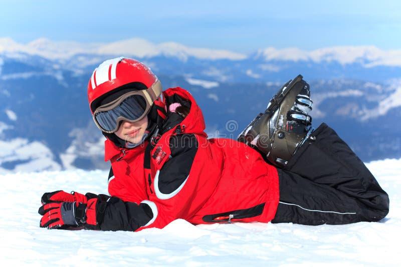 Menina feliz no capacete do esqui foto de stock