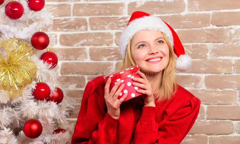 Menina feliz no chapéu de Papai Noel Partido do ano novo Presentes do Natal da entrega Mulher de sorriso que comemora o Natal ale imagem de stock