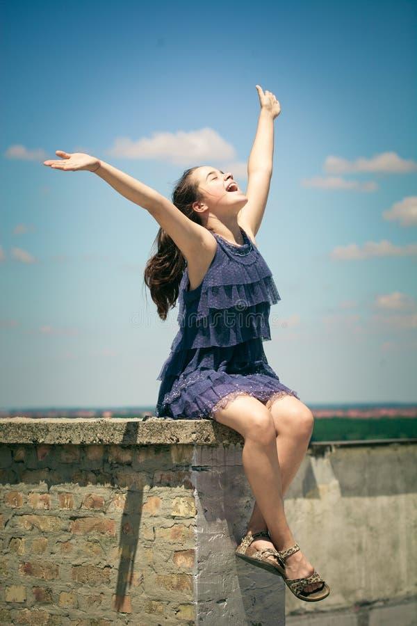 Menina feliz no dia de verão do telhado imagens de stock royalty free